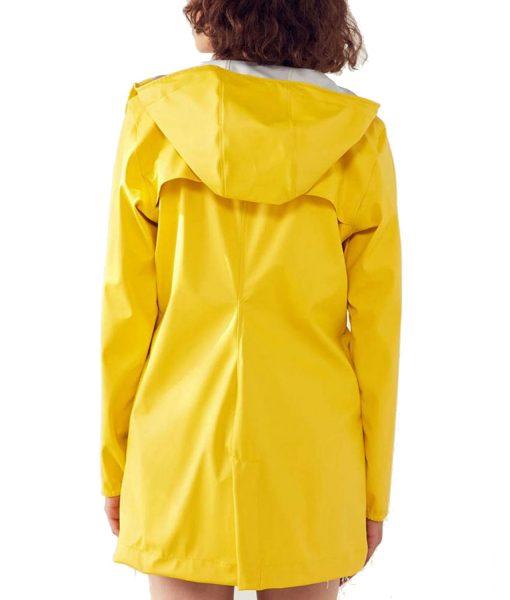 jane-levy-zoeys-extraordinary-playlist-zoey-clarke-yellow-coat
